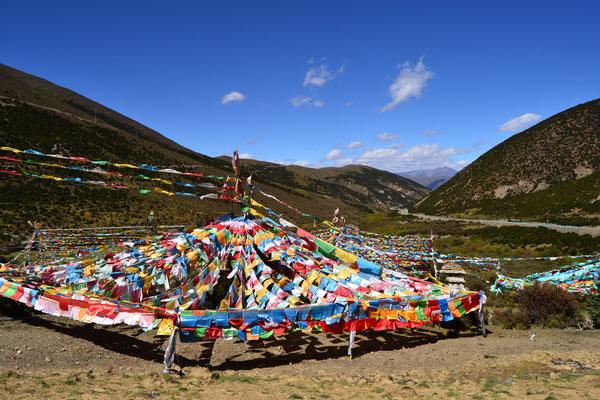 In dieser Region begegnen uns immer wieder tibetische Gebetsstätten