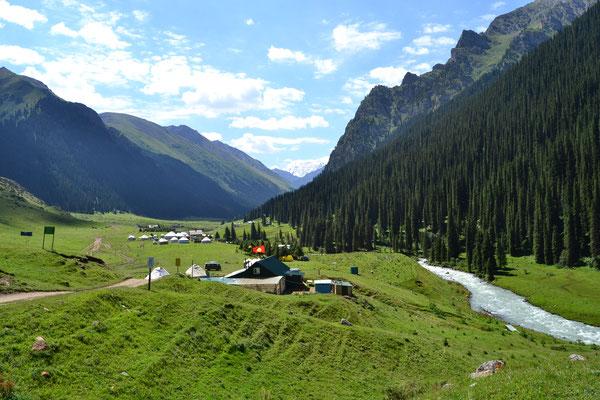Am Ziel der Wanderung: Altyn-Arashan-Tal