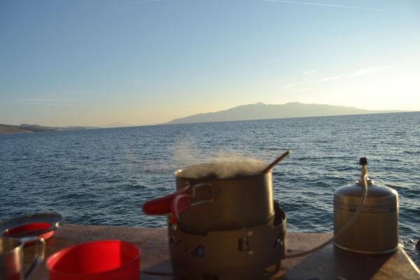 Kochen mit Blick auf die griechische Insel Korfu