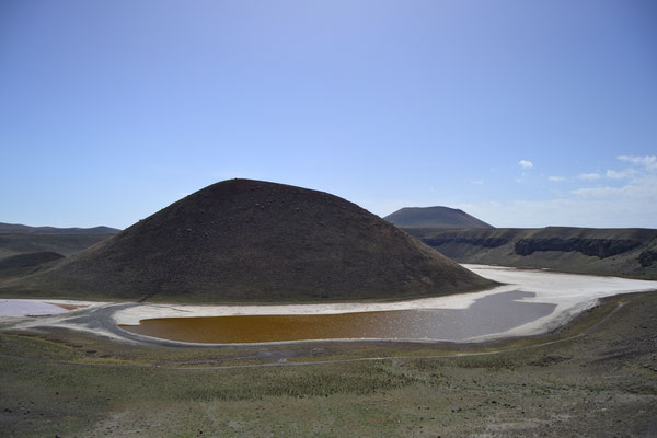 Der nahezu ausgetrocknete Vulkansee Meke Gölü