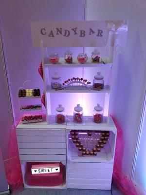 Candybar, 3-teilig. Lieferumfang: Bar, Rocherherz, Etagere, Leuchtbox (rosa oder weiß), Cakepop-/Lollyhalter, 3 Zangen, 3 Schaufeln, 7 Gläser      Mietpreis: 100,00 EUR (Messepreis bis 24.11.: 70,00 EUR)