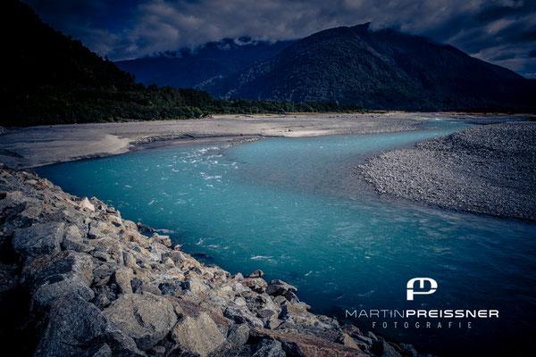 Ein türkisfarbener Fluß auf dem Weg nach Milford Sound