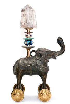 Klaus Dupont Tempelelefant 2016 antiker Bronzeelefant auf Rollen, Bergkristall, Muranoglasperlen 15 x 23 x 41 cm
