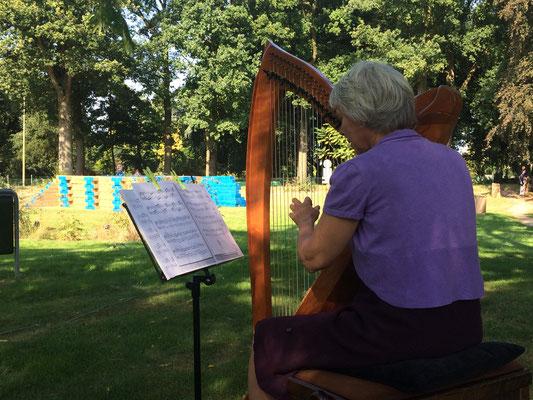 Harpiste Linn Nagels speelde bij aanvang van het festival.