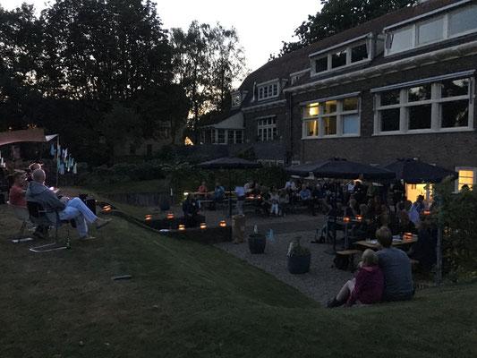 Eten en drinken in de tuin van het Schip van Blaauw.