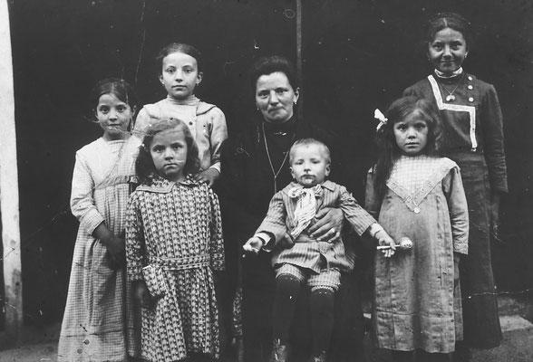 Vienna. Bassetti. Mamma con 6 figli, 15 febbraio 1915