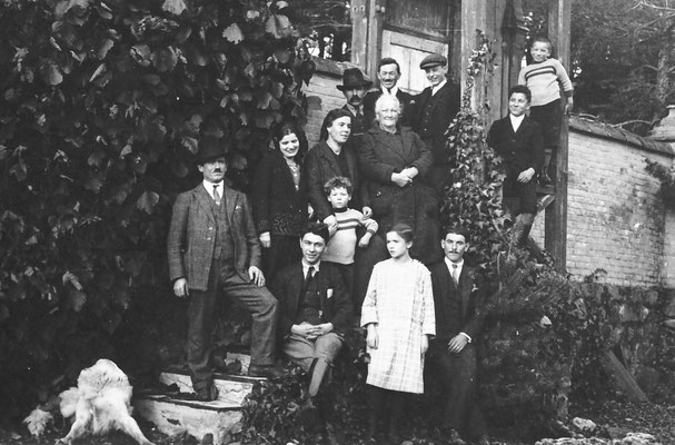 Famiglia Stenico, lavoravano per gli Oss Mazzurana. In basso a sinistra Rocco Stenico, al centro è Amelia, governante e seconda moglie di Rocco Stenico, col figlio Camillo Stenico. L' anziana  è sua madre e altro bimbo è il fratellastro Edoardo.  1920