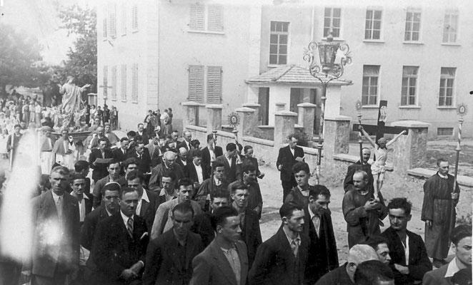 15.08.1944: processione dell'Assunta a Vigo Meano. Piazza delle scuole