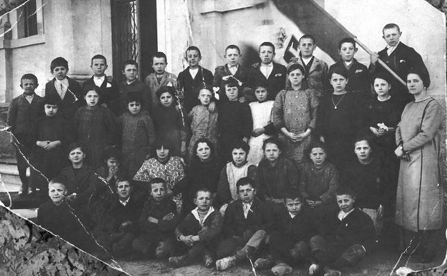 Scolaresca davanti all'entrata delle scuole elementari di  Meano, 1925 - 1926.
