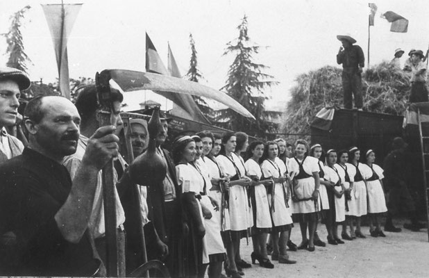 1938. Festa del grano a Trento. Vi partecipavano anche le persone del sobborgo