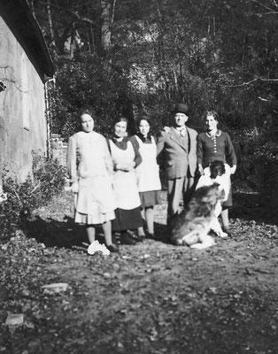 Cavaliere Camillo Oss Mazzurana, Amelia Stenico (seconda da sinistra), altre persone, cane san bernardo Tom. Camparta. 1937 - 1939 - 1942. Da Loredana Saltori da Camillo Stenico