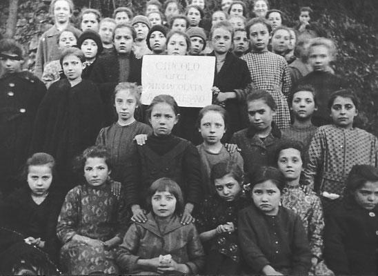 Gruppo di gioventù femminile (Movimento Cattolico fondato nel 1917 da Armida Barelli). Le ragazze partecipavano in un incontro settimanale (la domenica), dove si insegnavano i precetti del cattolicesimo, 1922-24.