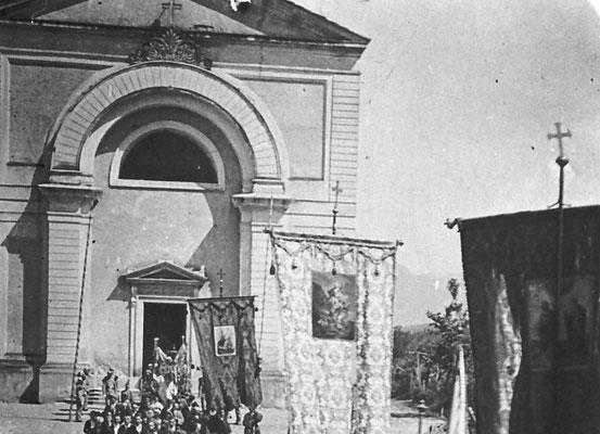 """45. 1920. Processione del Corpus Domini a Vigo Meano. Aprivano la processione i """"confaloni"""", 4 pesanti stendardi con  immagini sacre.  Durante il regime  Mussolini impose che le processioni  fossero precedute dallo stendardo fascista.  Endrici si oppose"""