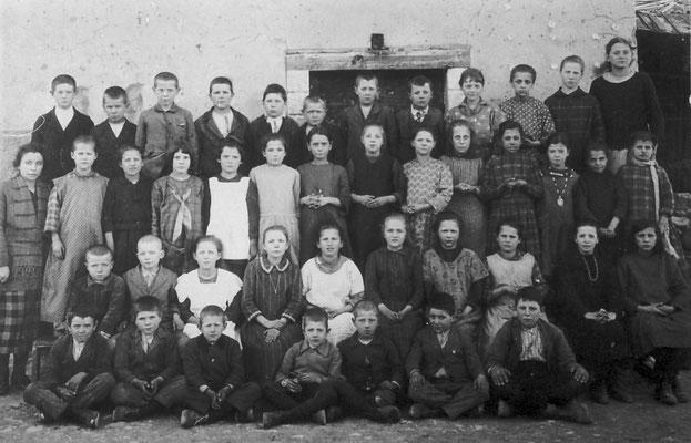 Scuola elementare di Vigo Meano, anno 1925. Con maestro Speceler (?)