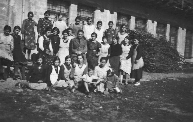 Foto di gruppo delle lavoratrici fuori dalla Macera/ Masera di Meano.  Si riconosce Elda Cristofoletti