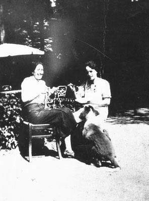 Villa Oss Mazzurana, due signore ignote. Anni '20 - '30 del '900.