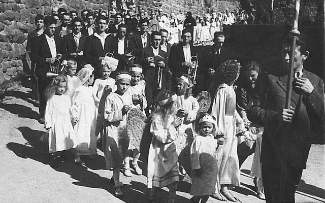15.08.1944: processione dell'Assunta a Vigo Meano. Piazza delle scuole. Da Ivana Saltori