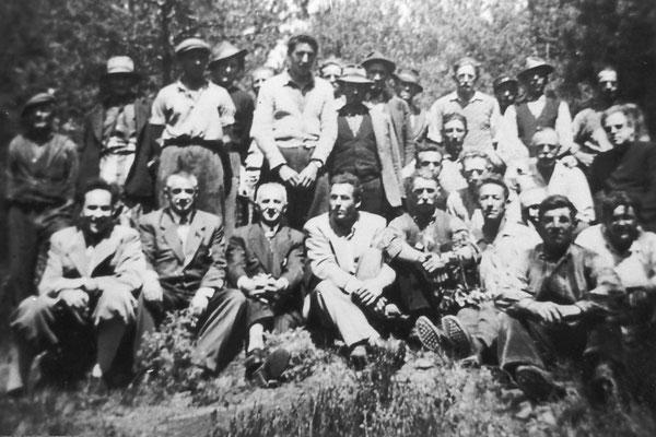 Lavoratori della azienda forestale durante la festa degli alberi. Da sinistra in alto: Bruno Bortolotti, Alfonso Pisetta, Oliver Emilio, Bortolotti Alfonso, Camillo Stenico, Maestro Adolfo Toller (nato nel 1920), anni '50