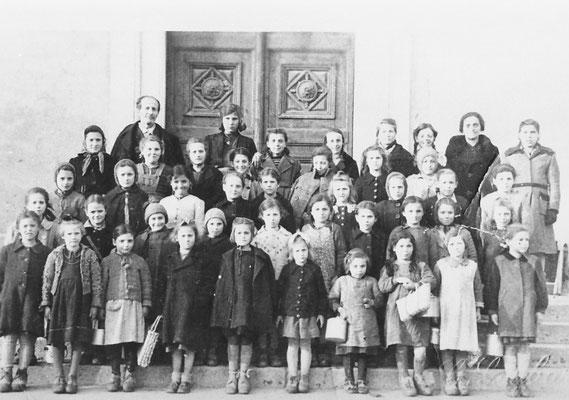 Primi anni '40, di fronte a chiesa di Vigo Meano. Classe elementare con maestro Leonardi e maestra Del Marco. Si riconoscono nella foto Anna Bortolotti, Alma Bortolotti, Emma Mattivi, Carla Merci, Iole Merci, Rita Cristofoletti, Rubina Oliver, Pisetta.