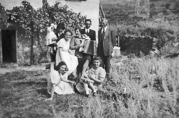 Da sinistra in alto: Corinna Ravanelli, Giuseppina Gottardi, Elena Gottardi, 1941. Da Mirko Saltori da Corinna Saltori.