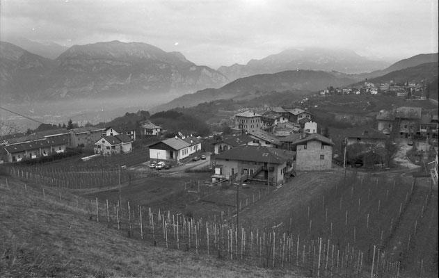 Scorcio da sud di Cortesano con la  ex scuola, post 1986.