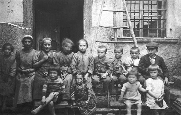 Bambini della famiglia Giacomele a casa Bortolotti, 1919