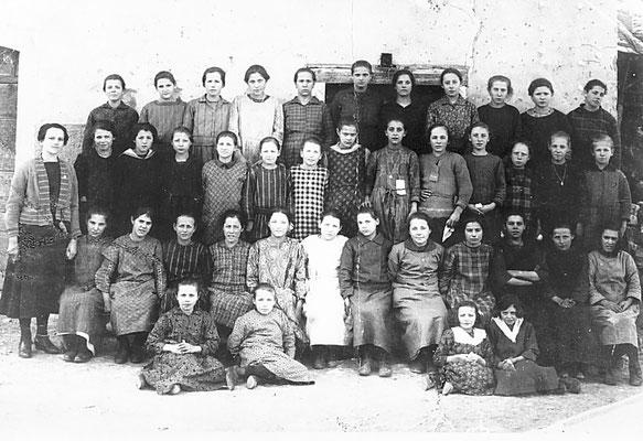 Classe scolastica con Maestra Maria Conci, 1924.