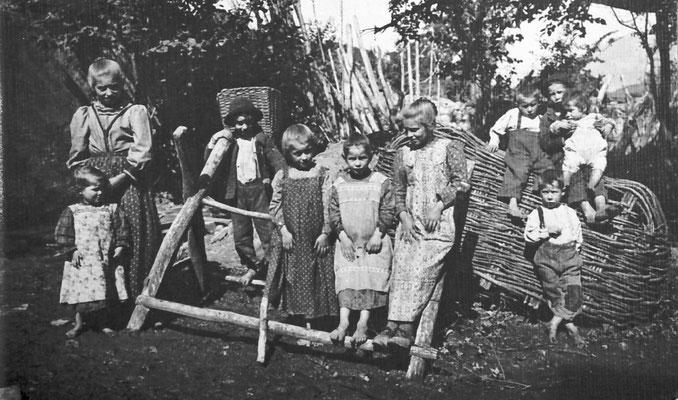 """Bambini della famiglia """"Giacomela, figli di Mattivi Giacomo. Giacomo sposò in prime nozze Giovanna Bortolotti  ed in seconde nozze Enrica. Ebbe 22 figli,1919, Archivio scuola elementare di Vigo Meano"""