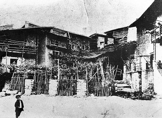 15. Piazza dell'Assunta a Meano. 1912. Sullo sfondo si nota a destra Casa Rella (attuale uffici della Cassa  Rurale), a sinistra casa Clementi