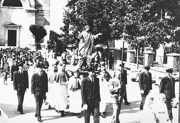 15.08.1944. Processione dell'Assunta, piazzale della chiesa. Con Attilio Patton,  Gino Tapparelli, Giovanni Villotti, Bruno Oliver, Renato Bortolotti