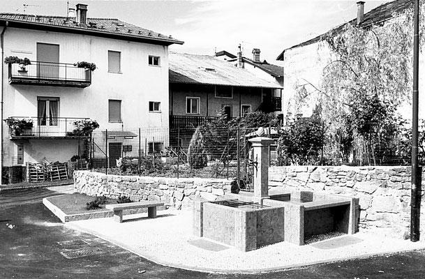 41. Piazza di Vigo Meano con vecchia fontana