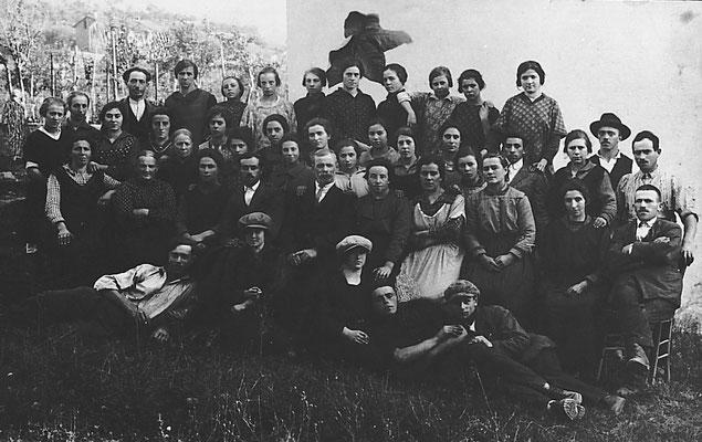 Foto di gruppo grande lavoratori della Macera/ Masera di Meano.  Si riconoscono nel gruppo Prospero Clementi ed Elena Pigagnelli, 1924. Da Renato Saltori.