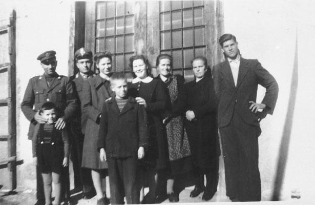 Macera/ Masera di Meano, da destra: Ezio Clementi, la donna è Elena Pigagnelli, Anna Stenico con Claudio Clementi, Fabiola Clementi, dietro il finanziere Michele Vetto (?) da San Leucio (NA), 1948/1949. Da Fr. Mi. da famiglia di Ezio Clementi