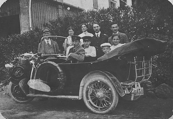 Umberto Dallabona (primo a sinistra), proprietario di un negozio di stoffe, e la moglie Maria De Carli (seconda da sinistra), sorella di Germano ed Edoardo De Carli, furono i primi abitanti di Meano a possedere un' automobile,1919. Da Rosina Pilati