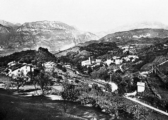 Veduta anni '50 del paese di Gazzadina, vista da sud-est, al centro la chiesa parrocchiale dedicata alla Madonna di Caravaggio; poco a sinistra, la stazione della teleferica Pralungo - Gazzadina, anni '50.