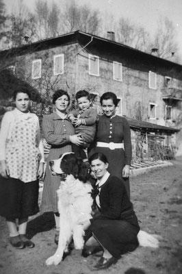 Casa padronale Camparta. Figurano Gottardi Giuseppina (la seconda da sinistra?), Irma Pisetta (prima a destra). In basso, vicino al cane Tom, Rosina Pilati., 1943.  Da Loredana Saltori da Camillo Stenico
