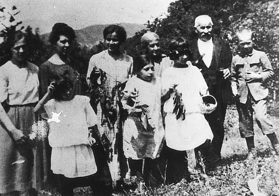 Da sinistra: Giulia Plachel, Viola Nardelli, Giuseppina Nardelli, Genoveffa Bortolotti, Giacomo Nardelli, Claudio Dorigoni, Ada, Renata, Ottavia