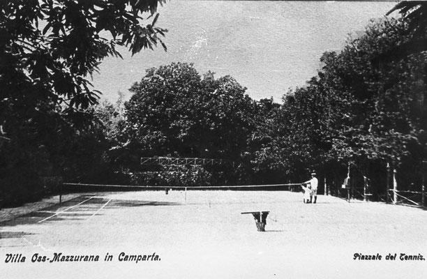 Villa Oss Mazzurana, il Piazzale del Tennis ad esclusivo uso dei signori Oss Mazzurana e loro ospiti. Il campo era collocato verso valle ed era assistito da bambini in divisa bianca a righe rosse, con le funzioni di raccattapalle.