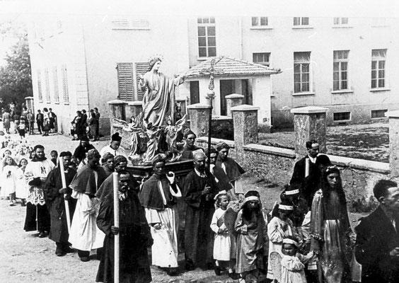15.08.1944: processione dell'Assunta a Vigo Meano. Piazza delle scuole. Si vedono: Attilio Patton, Franco Merci e Anna Vitti