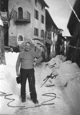 Ottavio Bortolotti davanti a casa sua