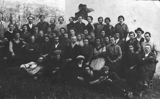 Foto di gruppo di lavoratori, alla Macera (Masera) Tabacchi di Meano,1924. Da Renato Saltori.