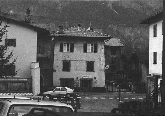 """28. Piazza dell'Assunta con bar  """"Archibugio"""", chiamato con il nome del fucile dal 1986, prima si chiamava bar """"Posta"""". Fine anni '90."""
