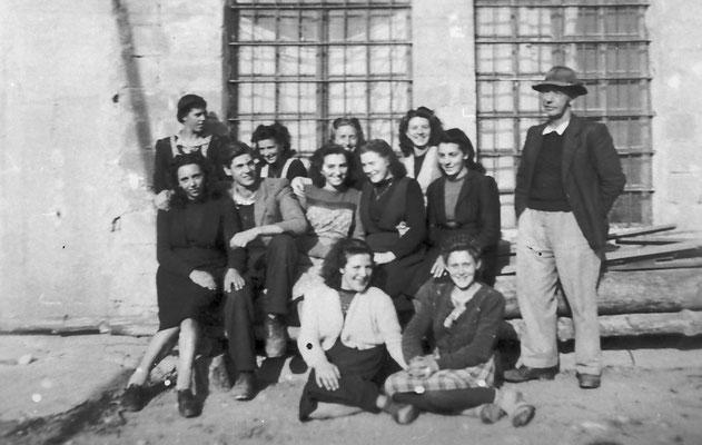 Macera/ Masera di Meano, si riconoscono da sinistra: Leontina Saltori (dietro), Pia Pigagnelli, Ezio Clementi, in ginocchio Lidia Micheli, dietro vicino alla finestra Maria Stenico, poi Anna Stenico, Bianca Saltori, a destra Prospero Clementi, 1919.