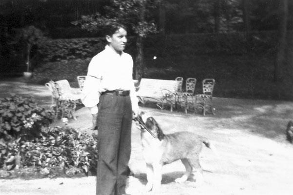 Villa Oss Mazzurana, giardino, Edoardo Stenico con il cane Tom, 1932. Da Loredana Saltori da Camillo Stenico.