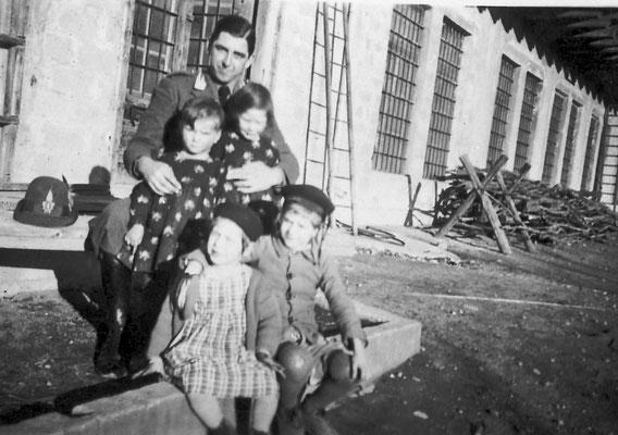 Foto di famiglia (uomo con bambini) fuori dalla Masera.