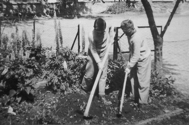Orto scolastico. A sinistra, Romano Bortolotti, anni '50 - '60 del '900.