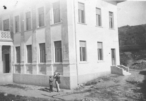 Scuola Elementare di Meano, ex edificio comunale. In primo piano si vede Luigi Saltori, primo segretario comunale, 1930. Da Renato Saltori.