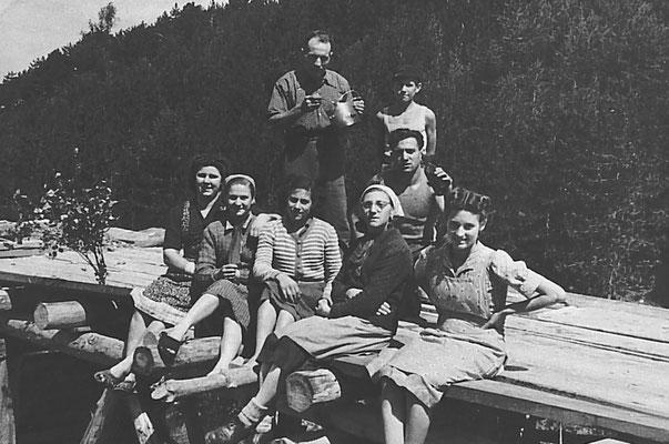 Rifugio Camantolino. Gruppo uomini davanti apertura con in mano strumenti,