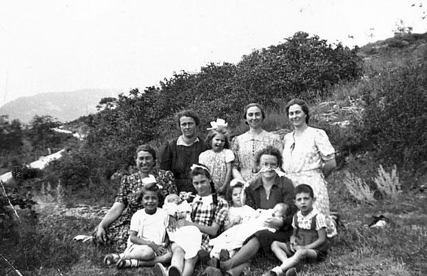 Da sinistra in alto: Carla, Maria Saltori, Elisa Saltori, Giuditta Saltori, Dirce Saltori, Ione Stenico, Claudia Saltori, Corina Ravanelli e Roberto Saltori,  1943. Da  Mirko Saltori da Corinna Saltori.