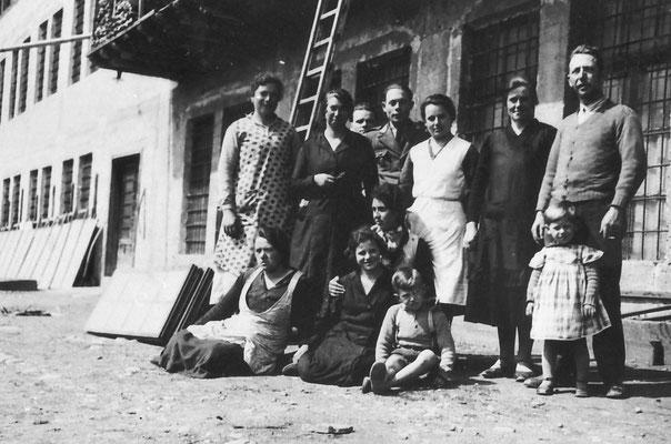 Foto di gruppo grande lavoratori della Macera/ Masera di Meano.  Si riconoscono nel gruppo Prospero Clementi ed Elena Pigagnelli, 1935.  Da Ezio Clementi.